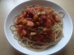 Vollkornspaghetti mit Gemuese-Tomatensosse