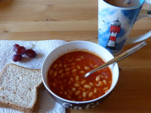 Weiße Bohnen in Tomatensoße an Toast
